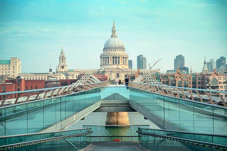 Millennium Bridge St-Paul's Cathedral London